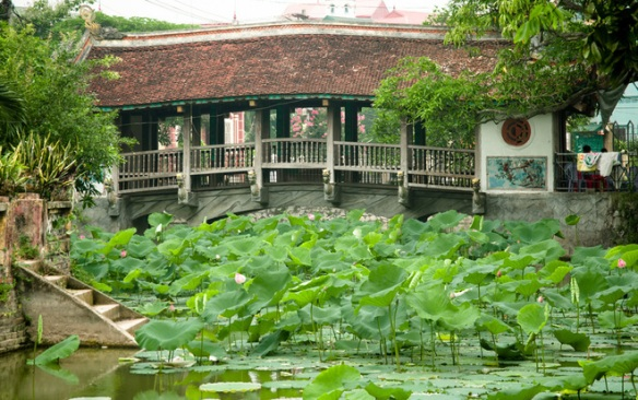 Binh Vong village (Van Binh commune, Thuong Tin district, Ha Noi) has a 5-span clay tile roof bridge on village's pond.