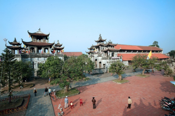 Phat Diem Cathedral is located in Phat Diem town (Kim Son district, Ninh Binh) on an area 117 m wide x 243 m long
